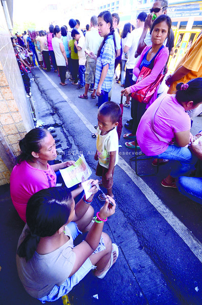 IN THE LINE OF DUTY. First-day registrants line up outside the Commission on Elections in Cebu City. As of 7 last night, 1,180 applicants completed the registration process in the city.(SUN.STAR FOTO/RUEL ROSELLO)
