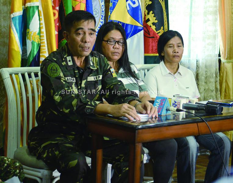 REBEL RETURNEES. Brig. Gen. Romeo Labrador, Centcom deputy commander, presents two former NPA rebels Myrna Romero and Merlinda Botillar. (SUN.STAR FOTO/ALLAN DEFENSOR)
