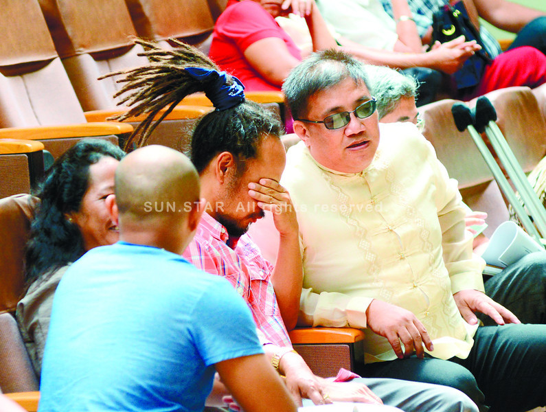 Ryan Noval a father of a baby  that admitted  in Maternity hospital broke into tears while talking to Cebu city councilor Gerry Carillo during the council session.<br /> <br /> ssd foto/allan defensor