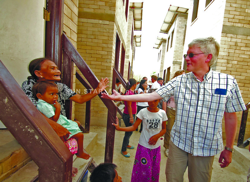 MAYOR FROM DISTANT LAND. Bajao families thank the people of Dutch City of Harlemermeer, represented by Mayor Theo Weterings (right), for the new houses they will be able to own through monthly amortizations. (Sun.Star Photo/Alex Badayos)