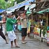 DAVAO. Gitabangan pagbira sa mga sakop sa Cenro ang sanga sa balite nga giputol sa ilang kauban dapit sa Magsaysay Park aron dili mahagsa sa mga tindahan sa Durian. (Seth delos Reyes)