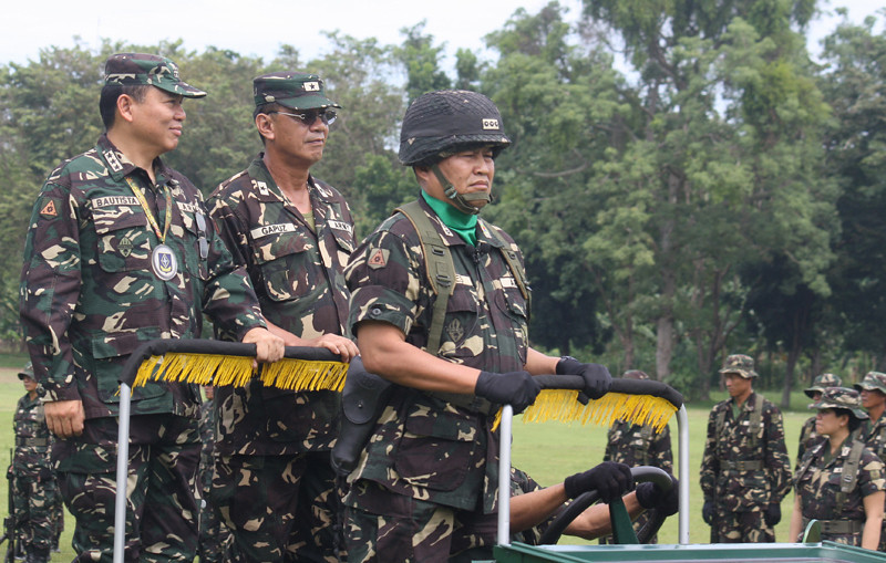 CAGAYAN DE ORO. Lieutenant General Emmanuel Gapuz, Army chief (left), and outgoing 4th ID chief Brigadier Gen Romeo Gapuz during the pass and review ceremony. (Joey P. Nacalaban)