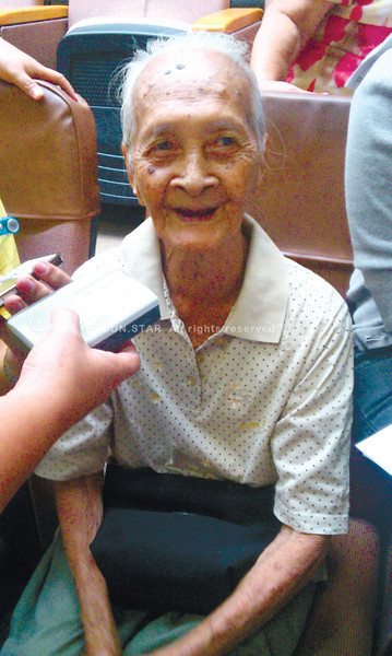 THE WONDER YEARS. Maria Isip Ochia, 101, of <br /> Barangay Sambag I will benefit from the City Government's recently approved ordinance that grants P100,000 to all centenarians. <br /> (Sun.Star Photo/Princess Dawn H. Felicitas)