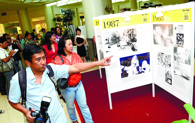 WRITING WITH LIGHT. Pictures, they say, speak a thousand words and the images that graced the pages of Sun.Star Cebu, during its 30 years of existence, were as powerful as the events they portrayed. Sun.Star Cebu chief photographer Alex Badayos (left) leads Sun.Star Cebu editors and Ayala Center Cebu officials through the Light-Writing exhibit at the Ayala Center Cebu. (Sun.Star Photo/Amper Campana)