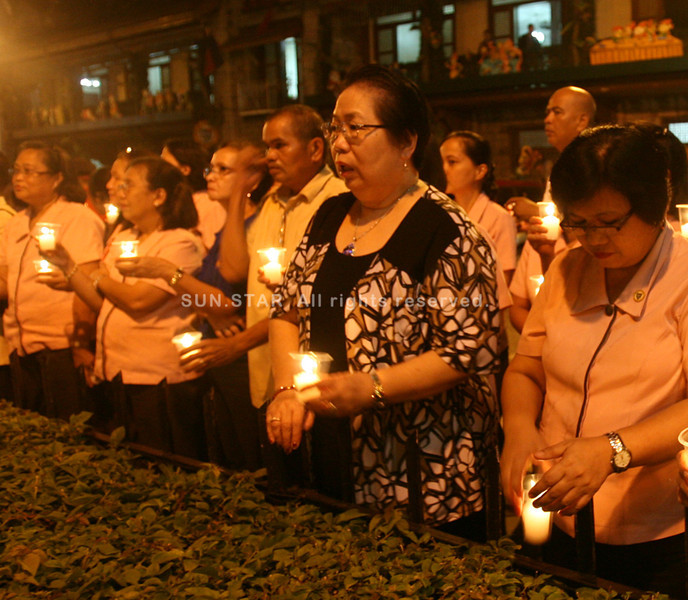 ZAMBOANGA. City Government employees hold on Monday a candle lighting ceremony in front of City Hall in commemoration of Local Government Secretary Jesse Robredo's the 100th day of death. (Bong Garcia)