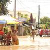 DAVAO. Halos taga hawak ang tubig baha resulta sa kusog nga bunok sa ulan, Huwebes sa gabii. Ang maong hulagway kuha didto sa Barangay Ubalde, siyudad sa Davao, kagahapon. (Jeepy P. Compio)