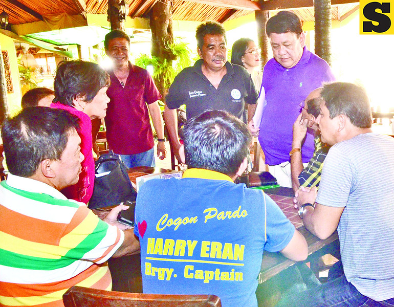 POWWOW. Former congressman Tomas Osmeña (standing, right), leader of the Bando Osmeña Pundok Kauswagan, holds a powwow with allies to discuss the upcoming barangay elections. (Amper Campaña photo/Sun.Star Cebu)