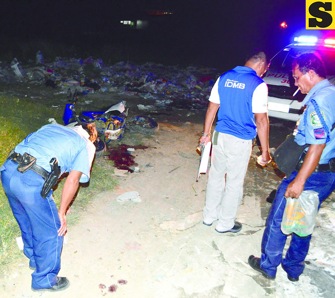 SHOOTING----Lapu Lapu City Homicidw Section search on crime scene in Sitio Balanghoy,Barangay Gun-ob where Glenn Henonsalao gun down of one male unidentified suspect.------SUN.STAR FOTO/ ALAN TANGCAWAN