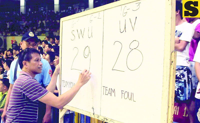 At the 4:44 mark of the first quarter, the game was stopped because the digital scoreboard conked out. two hours later, the game resumed, this time, using the old way of scoring - a white board and a pen - was used. (Arni Aclao photo/Sun.Star Cebu)
