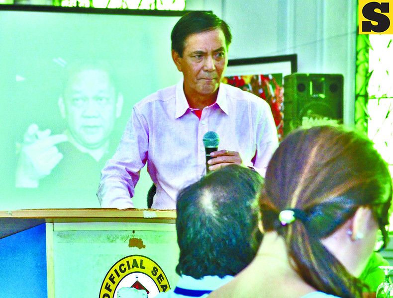 OPPOSING VIEWS. Cebu City Mayor Rama presents what his administration has accomplished in his first 100 days in office but his no. 1 critic, former congressman Tomas Osmeña (shown on projector screen), gives him a failing grade. (Amper Campaña photo/Sun.Star Cebu)