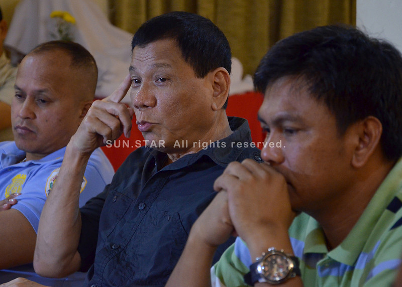 "DAVAO. Vice Mayor Rodrigo Duterte called a press briefing on Wednesday night at the Grand Men Seng Hotel announcing the P5-million reward money of wanted carnap leader Ryan ""Baktin"" Yu. (King Rodriguez)"