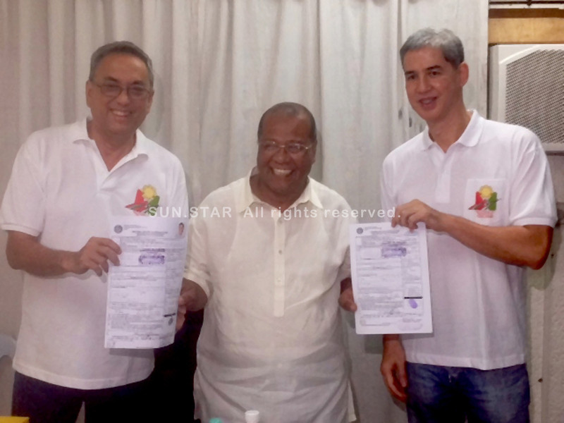BACOLOD. NPC gubernatorial bet Vice Governor Genaro Alvarez (L) with running mate Eugenio Lacson (R) file their certificates of candidacy with Provincial Comelec Supervisor Atty. Jessie Suarez Monday. (Carla N. Canet)