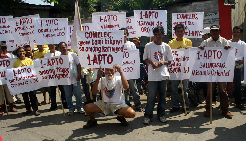 CAGAYAN DE ORO. Officers and members of 1-Alliance of the Public Transport Organization (1-APTO) show off their disgust over the disqualification of their group as an accredited party-list by holding a protest at the provincial office of the Commission on Elections Monday. (Joey P. Nacalaban)