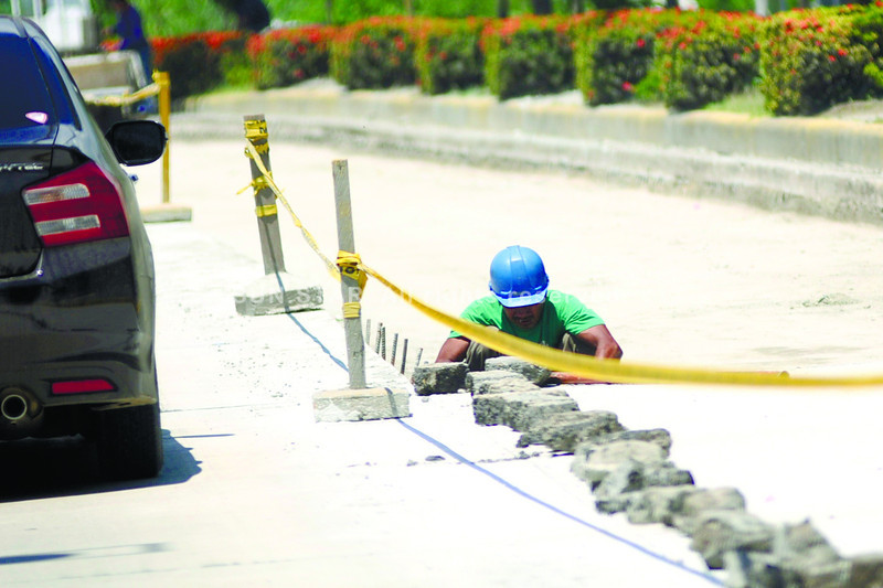 ROAD WORK. Traffic on UN Ave. in Mandaue City could slow to a crawl as concreting work on both sides of the road connecting to the Marcelo Fernan Bridge continues. (Sun.Star photo/Allan Cuizon)