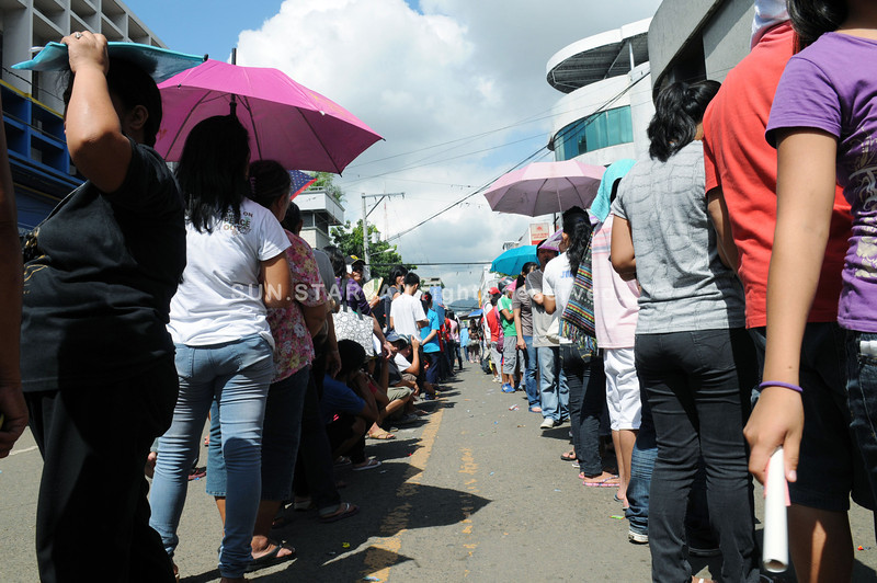 EAGER TO VOTE.  As early as 7 a.m., some 600 people were already outside the north district offices of the Commission on Elections in Cebu City. Not everyone managed to sign up.  (Sun.Star Photo/Allan Defensor)
