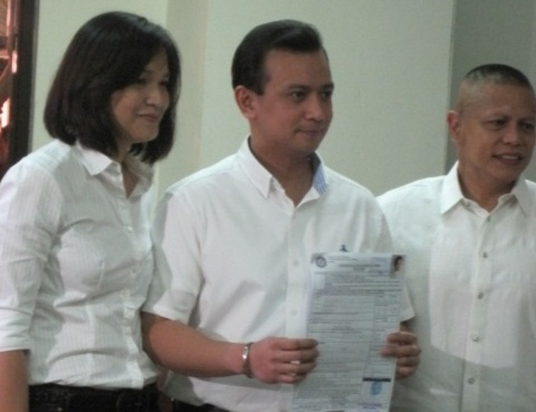 MANILA. Senator Antonio Trillanes IV files his certificate of candidacy on Wednesday accompanied by his wife his wife and Colonel Ariel Querubin. (Kathrina Alvarez/Sunnex)