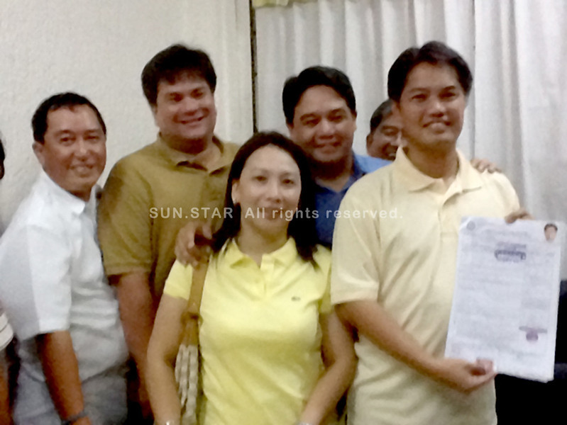 BACOLOD. Rep. Albee Benitez of the third district (R) poses with (L-R) Victorias City mayoralty bet Vice Mayor Wantan Palanca, Silay City Vice Mayor Mark Andrew Golez, Board Member Patrick Lacson and Johna Ko. (Teresa D. Ellera)