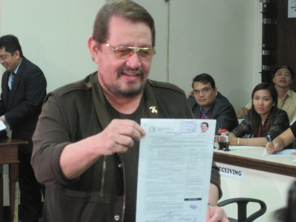 MANILA. Puerto Princesa Mayor Edward Hagedorn turned down an offer by former President Joseph Estrada to join the United Nationalist Alliance and filed his COC on Wednesday as an independent senator. (Kathrina Alvarez/Sunnex)