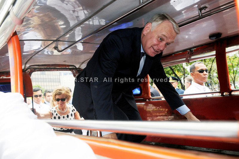 PRIME MINISTER. French Prime Minister Jean-Marc Ayrault and wife Brigitte Terrien-Ayrault get a ride on the Philippines' main mode of mass transport, the jeepney, from Fuente Osmeña to the Cebu Provincial Capitol during an official visit in Cebu City. (Sun.Star Photo/Allan Cuizon)