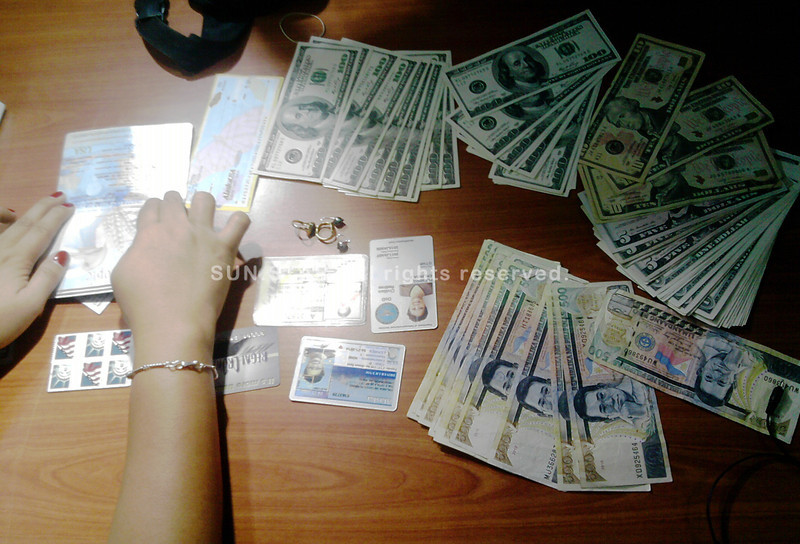 Money and other items returned by a policeman to the owner