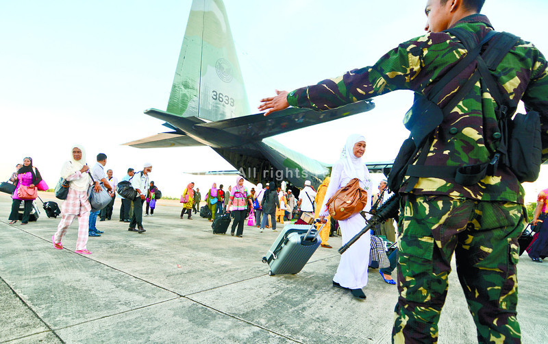 Travelers bound for Mecca make a stopover in Cebu. They flew with the Air Force, after hostilities in Zamboanga City prevented them from using commercial airlines. (Alex Badayos photo/Sun.Star Cebu)