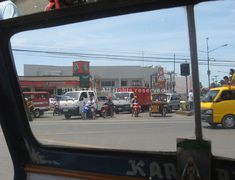 ZAMBOANGA. Major intersections in Zamboanga City is again becoming busy an indication that normalcy starts to return although military offensive continues against the rebel-infiltrators. (Bong Garcia)