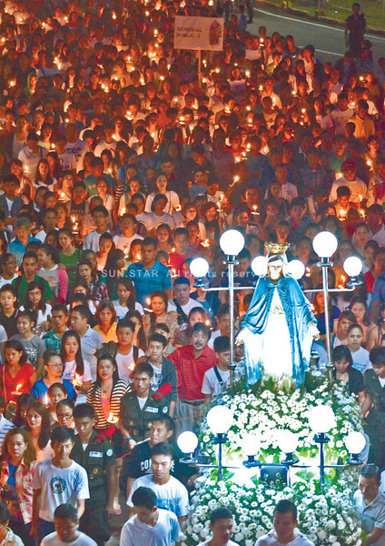Thousands begin their Sunday with a procession from the Capitol to the Archbishop's Residence grounds, in celebration of the feast of the nativity of the Blessed Virgin Mary. (Amper Campaña photo/Sun.Star Cebu)