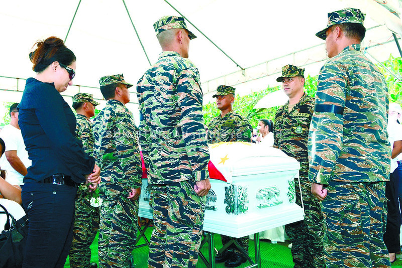 BURIED. Nene Bañares, wife of Petty Officer 3 Jose Audrey Bañares, a 39-year-old Cebuano from Tabuelan, led the burial rites for her husband, who was shot during an encounter with the rebels while the Naval Special Operations Group Unit 6 faced the MNLF fighters at the height of the Zamboanga City siege. (Allan Cuizon/Sun.Star Cebu)