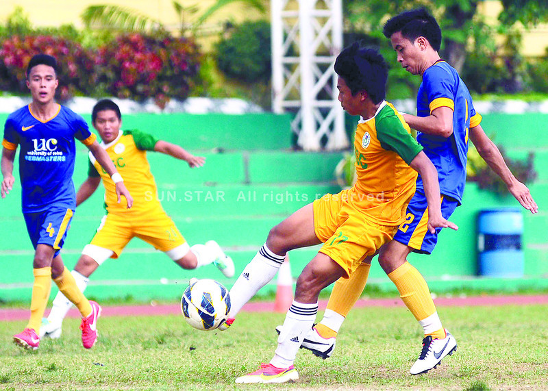 CEBU -- A University of San Carlos (USC) Warrior (2nd right) takes control of the ball against University of Cebu (UC) Webmasters in their Cesafi elimination round match at CCSC on Saturday. (Sun.Star Cebu/Arni Aclao)