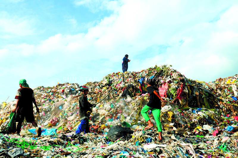 TRANSFER COSTS.  The cost of moving garbage from the Inayawan landfill (shown here during a fire in August) is one challenge the Cebu City Government faces, after it shut down the facility last year to comply with a law on solid waste management. (Sun.Star Photo/Allan Defensor)