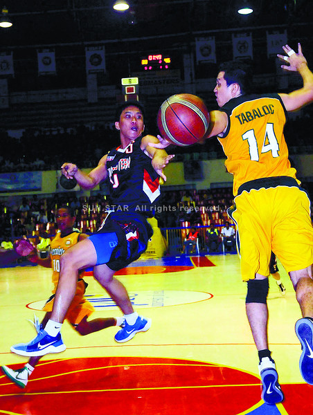 YOUR MOVE.  SWU's Monbert Arong (left) gets the ball past Mibuel Tabaloc of USJ-R Jaguars in the main game of the Cesafi basketball tournament at the Cebu Coliseum. (Sun.Star Photo/Arni Aclao)
