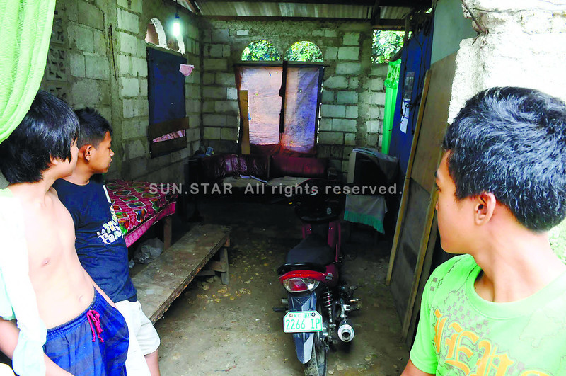 CEBU. Neighbors look inside the house in Barangay Canbanua, Argao, Cebu where a father was stabbed, allegedly by his daughter, while he was attacking his partner, her mother. (Sun.Star Photo/Arni Aclao)