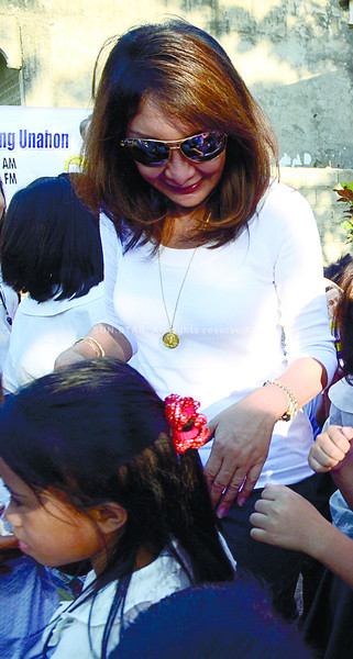 IS IT THE HOUSE OR THE SENATE?  Cebu Gov. Gwendolyn Garcia, shown here in a recent visit to a school in Balamban town, has barely three weeks to decide whether to run for national office or to seek a congressional seat in the province. (Sun.Star Photo/Amper Campaña)