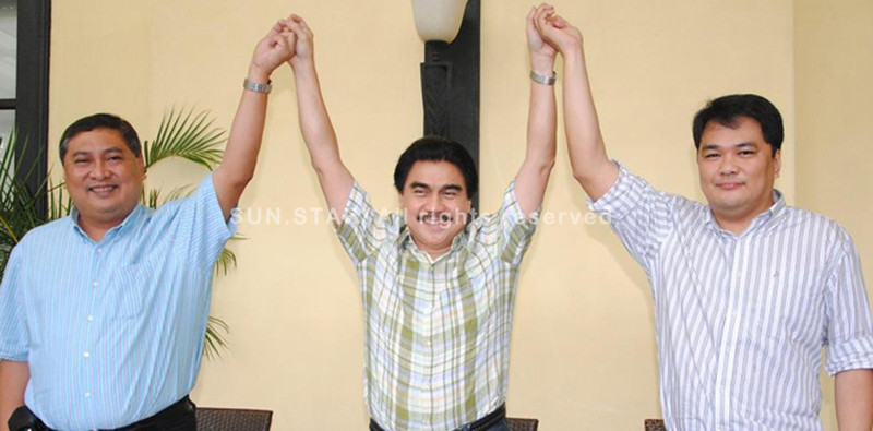 BACOLOD. Nationalist People's Coalition (NPC) District Chair Bacolod Mayor Evelio Leonardia raises the hands of Vice-Mayor Jude Thaddeus Sayson (L) and Greg Gasataya as the official Grupo Progreso-NPC bets for mayor and vice-mayor, respectively, in the 2013 polls at the Planta Centro Hotel Tuesday. (Gilbur L. Guarte)