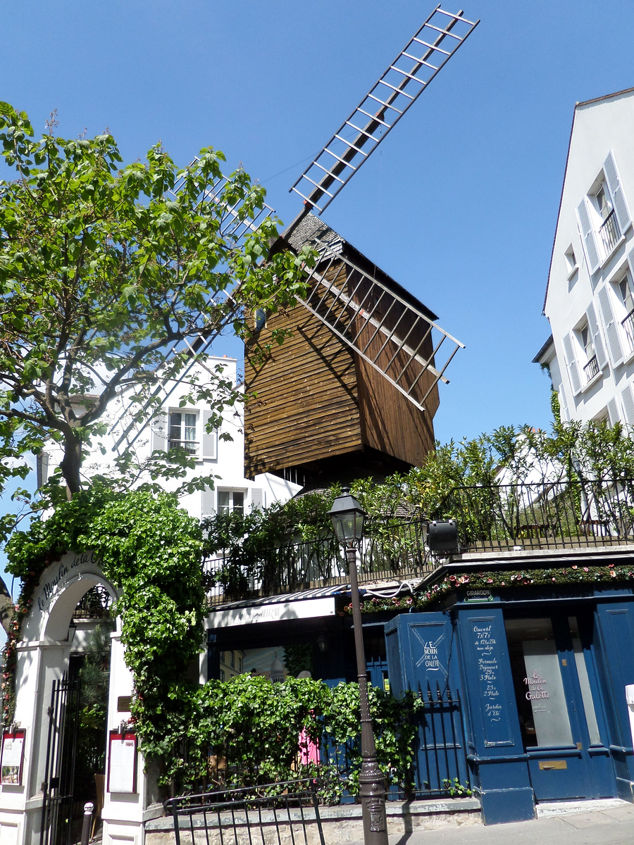Moulin Radet moved to the corner of Rue Girardon and Rue Lepic in 1924.