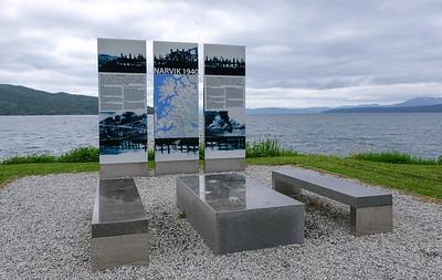 Minnesmerke om britiske allierte som kjempet for friheten i Narvik våren 1940. Et minnesmerke i en hel serie langs E6. Dette står like nord for Skjombrua på E6 i Narvik. Foto 30 juni 2021.