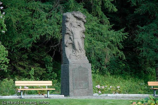 Minnestøtte etter falne fra panserskipene Narvik og Eidsvold som begge ble senket på Narvik havn i april 1940 av tyske invasjonsstyrker.