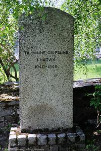 Monument, Minne om falne  Narvik. Lite gravsted i Kirkeparken i Narvik. Foto 6. juli 2021.