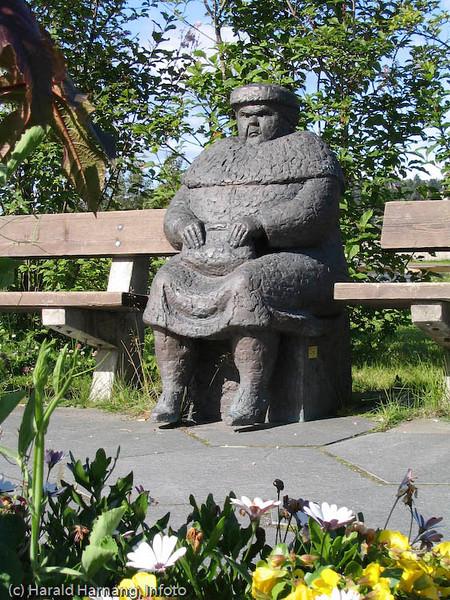 Sint dame, statue, rett ved siden av E6/torget i Narvik.