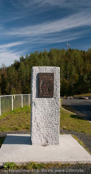 Momument over Ivar Hyldmo, utenfor Taraldsvikfoss kraftstasjon ved inngangen til Tøttadalen.