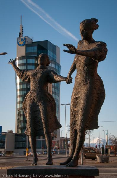 Pikene i vinden. Monument plassert utenfor tidligere post- og politibygget i Kongens gate, Narvik. Bak statuen Rica-hotell. Foto april 2014.