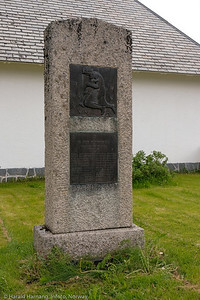 Bauta til minne om falne sivile fra Bjerkvik og Vassdalen. Utenfor Bjerkvik Kirke. Foto 29. juni 2021.