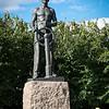 """Monumentet """"Sjømannen"""" som står i en liten park ved havna."""