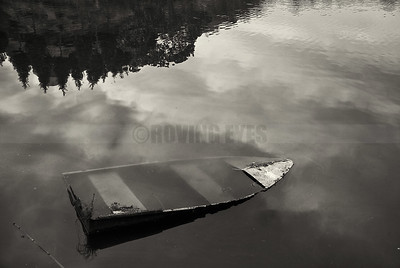 D18:An old boat lies forgotten,half-submerged in the waters of Sumendu Lake in Mirik,West Bengal