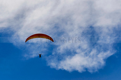D17:The colourful para-glider flies against the blue sky in Solang Valley,near Manali,Himachal Pradesh