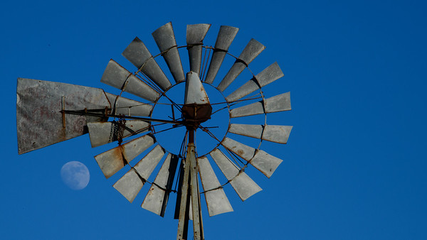 20201226_Barker windmill, moon_0050 16 x 9