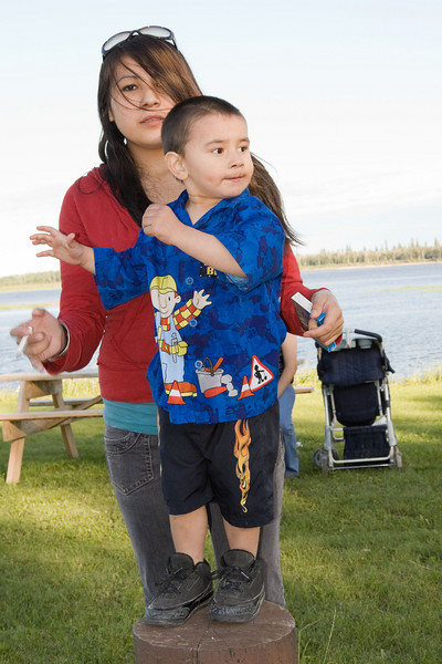 Shayna Isaac with her nephew Lashaun Enosse above the boat docks in Moosonee.