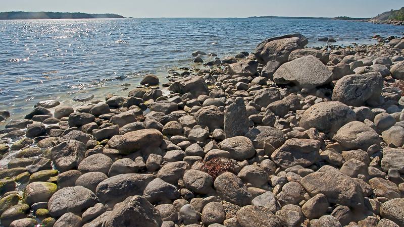 Utmed strandvägen i Nynäshamn. Mysingen i bakgrunden.