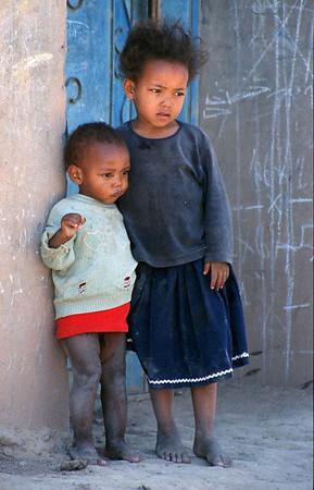 MOROCCO 2003/013 Oulad Driss.  In Marokko is 70% van de bevolking jonger dan 30 jaar. 40% van de mannelijke en 66% van de vrouwelijke bevolking is analfabeet. Er bestaat een leerplicht, maar daar wordt nog minder rekening mee gehouden dan met de snelheidsbeperkingen op de Belgische autowegen. Er is geen enkele controle, met als gevolg dat zich meer kinderen bevinden op straat en op de akkers dan in de klaslokalen. De toekomst van het land ziet er huiveringwekkend uit.