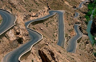 MOROCCO 2003/ 017 Wanneer de weg, die eerst de oevers van de rivier volgt, plots stijgt naar de rotswanden, komt er verrassend degelijk asfalt. Er volgt een adembenemende beklimming.